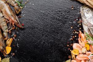 fruits de mer crus frais aux épices photo