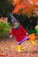 petite fille en costume de sorcière à halloween photo