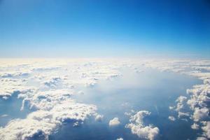vue aérienne des nuages et du ciel bleu de l'avion photo