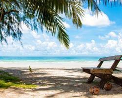 belle plage tropicale avec sable blanc et eaux bleues photo