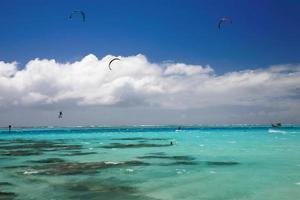 groupe de kitesurfs photo
