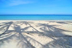 plage blanche et belle et mer tropicale