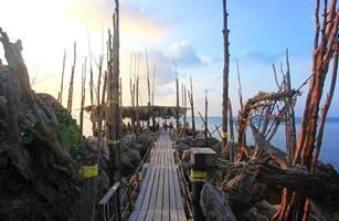 Pont en bois vers l'île sur koh phangan photo