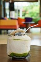 boire de l'eau de coco fraîche sur la table
