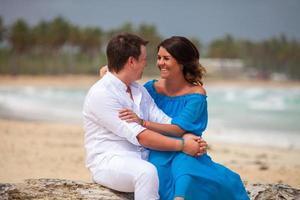 jeune couple assis ensemble sur un palmier