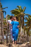 jeune couple sur fond de palmiers