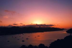 Bateau de marina coucher de soleil rouge, baie de Samana, République dominicaine