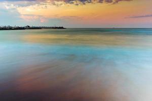 incroyable lever de soleil au bord de la mer photo