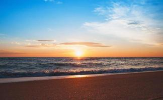 beau lever de soleil sur l'horizon. photo
