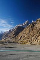 montagnes et rivière près de sost, nord du pakistan