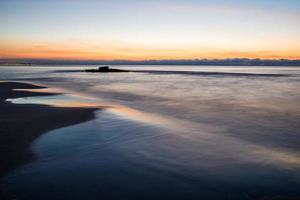 coucher de soleil sur la mer à la plage de torrevieja. Espagne. photo