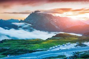 Lever de soleil coloré sur la chaîne de montagnes de Seekofel