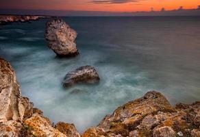 roches de la mer au lever du soleil
