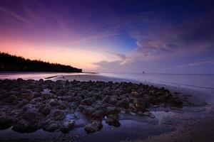 Aube lever du soleil sur de belles rocheuses sur la côte