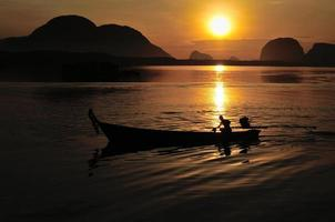 Coucher de soleil à phang nga, thaïlande photo
