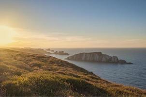 petite île de pierre dans l'océan vue depuis les falaises photo