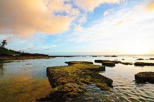 beau coucher de soleil et un joli récif, okinawa, japon photo