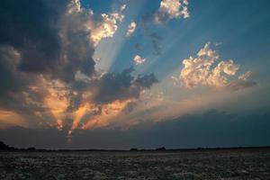 coucher de soleil incroyable avec de puissants rayons de soleil