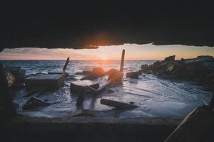 coucher de soleil à travers un cadre