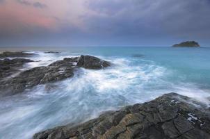lever du soleil côte rocheuse photo