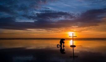 Reflecton homme priant croix