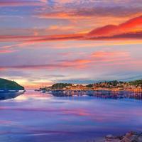 Coucher de soleil sur le port de soller à Majorque sur l'île des Baléares photo