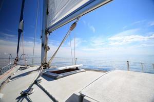 yacht à voile naviguant dans la mer bleue. tourisme