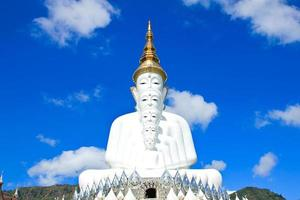 statue de Bouddha blanc au temple de phasornkaew photo