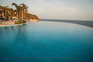 piscine et la mer, andalousie, espagne photo