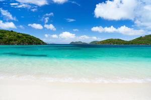 belle plage tropicale aux caraïbes photo