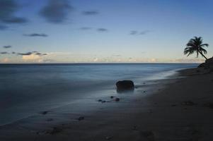 Plage portoricaine au coucher du soleil dans la mer des Caraïbes photo