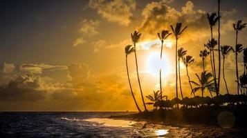 lever du soleil sur la mer des caraïbes photo