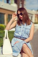 belle fille faire du shopping dans la ville photo