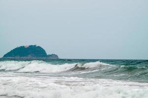 île dans les vagues de la mer photo