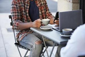 Coupe basse de deux hommes adultes assis à l'extérieur photo