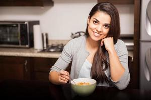 fille heureuse, manger des céréales photo