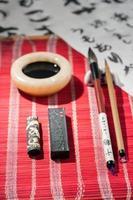outils de calligraphie sur la table photo