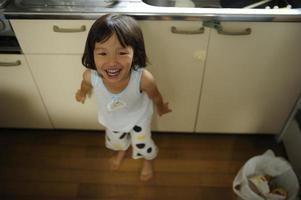 enfants debout dans la cuisine photo