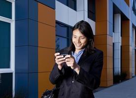 heureux jeune homme d'affaires sur téléphone mobile photo