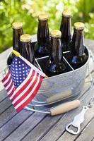 bière et drapeaux américains. photo