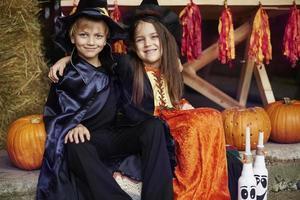 frères et sœurs célébrant une grande fête d'halloween photo