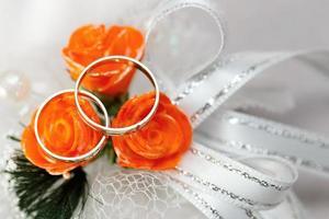 bague en or, décorations pour une fête de mariage. photo