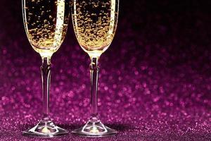 deux verres de champagne prêts pour la fête de noël