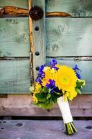 bouquet de mariée avec tournesols, delphinium, feuilles de tremble