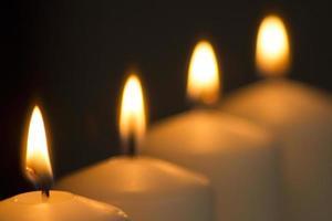 bougies lumière brûlant close-up fond uni