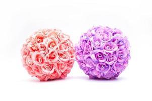 Double boules de rose sur fond blanc pour mariage