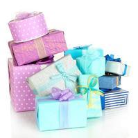 Tas de coffrets cadeaux colorés isolated on white photo