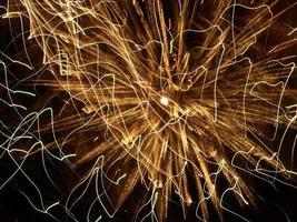 éclats de feux d'artifice brillants. photo