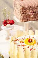 délicieux gâteau d'anniversaire blanc avec accessoires photo