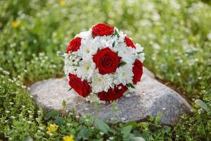 bouquet de la mariée sur l'herbe verte